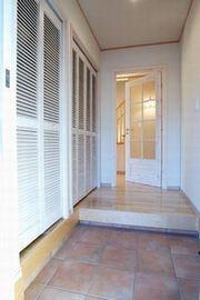 明るい玄関と白いドア